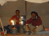 notre-equipe-chameliere-et-cuisiniere-dans-la-tente-cuisine